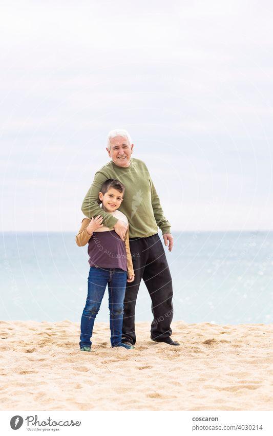 Kleiner Junge und sein Großvater verbringen Zeit am Strand Baby schön heiter Kind Küste niedlich genießend Familie Spaß Generationen Mädchen Enkelkind
