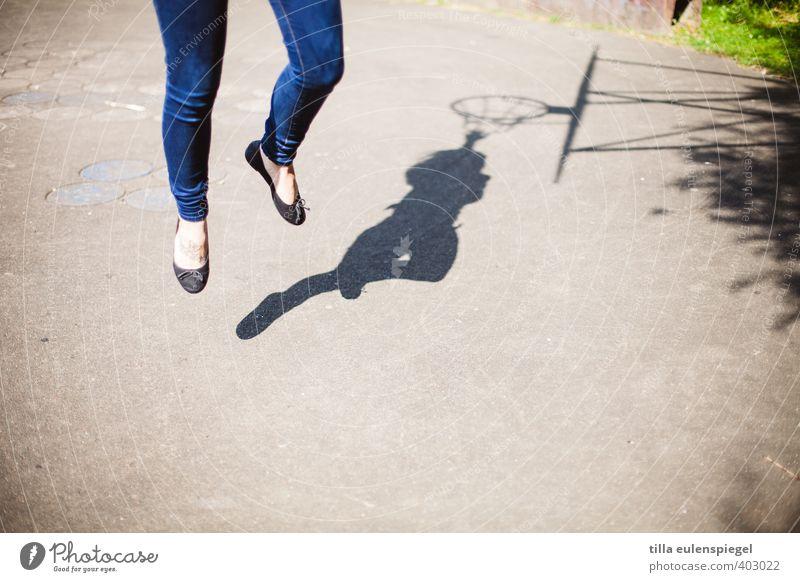 sprunghaftes Wesen Mensch Frau Jugendliche Sonne Junge Frau 18-30 Jahre Erwachsene Leben Bewegung feminin Sport Spielen Gesundheit Beine Fuß springen