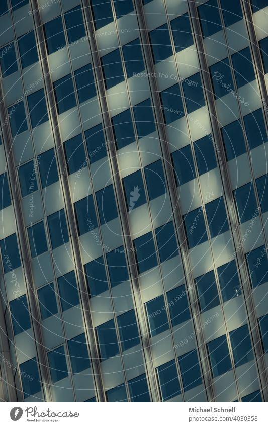 Hochhausfassade in Frankfurt a. M. Fenster Fassade Architektur Gebäude Stadt Außenaufnahme Bauwerk Haus Strukturen & Formen Bürogebäude modern schräg