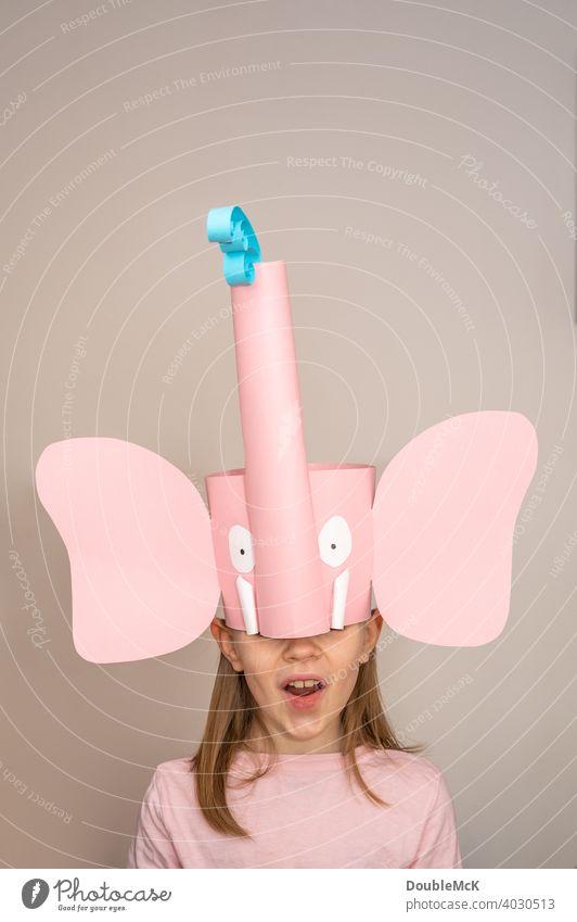 Ein Mädchen mit einer Elefantenkrone feiert Fasching / Karneval Farbfoto hell Februar Freude hellau Fastnacht Kostüm kostümiert Verkleidung Mummenschanz lustig