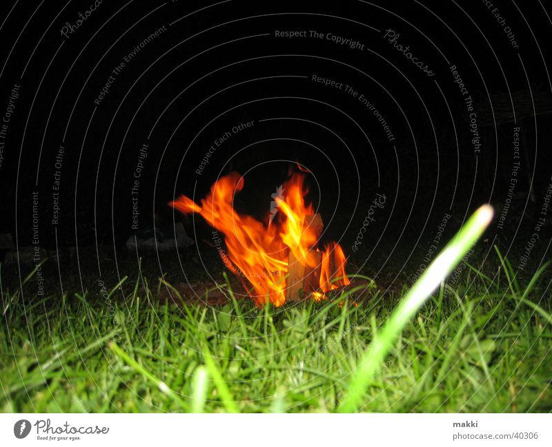 Feuer Nacht Wiese brennen Brand Feuerstelle Wärme