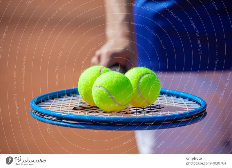 Tennisspieler mit Schläger und Bällen Sport Remmidemmi Ball Gericht Ton Konkurrenz Aktivität Servieren Dienst Spiel Kulisse professionell spielen Aktion Spieler