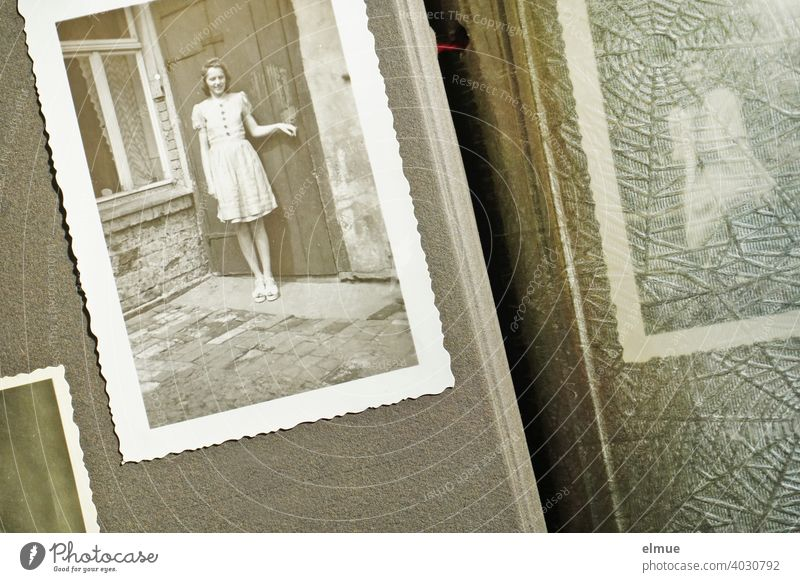 Blick in ein altes Fotoalbum auf ein Schwarz-Weiß-Foto aus den 1940er Jahren mit Büttenrand, eine junge Frau zeigend / Erinnerungen / analoge Fotografie