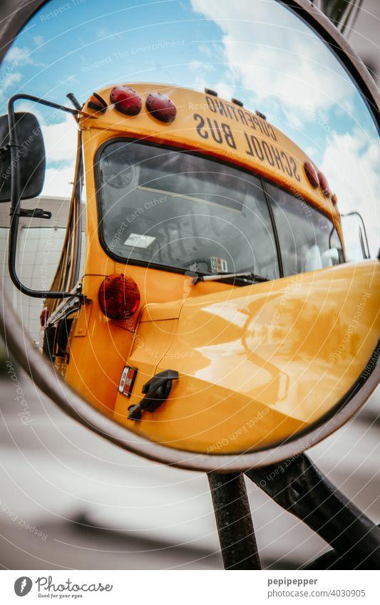 School Bus im Außenspiegel fotografiert Schule Schulbus school schoolbus gelb retro old-school Siebziger Jahre Busfahren Achtziger Jahre Sechziger Jahre alt