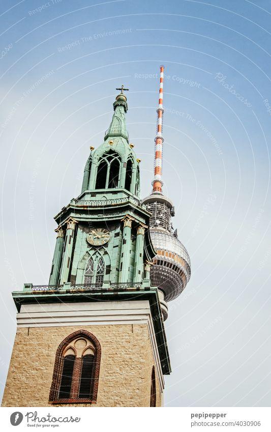 St. Marienkirche Alexanderplatz im Hintergrund Alex Fernsehturm Berlin Berliner Fernsehturm Berlin-Mitte Turm Hauptstadt Stadtzentrum Architektur Sightseeing