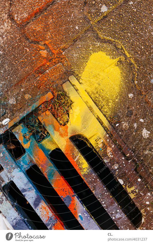 bunter gully Gully Farbe Straße Inspiration Kreativität malen mehrfarbig Gullydeckel Straßenablauf Verschmutzung Umweltverschmutzung Umweltschaden farbenfroh