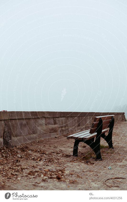 aussichtslos Bank Parkbank Sitzbank Sitzgelegenheit Mauer nebelig trist Tristesse Einsamkeit stille Ruhe melancholie verlassen leer Holzbank Winter Herbst