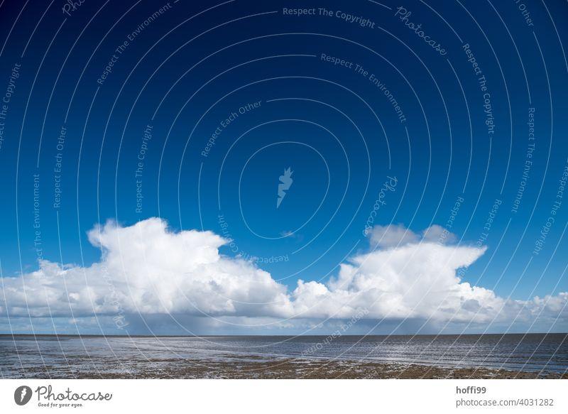blauer Himmel und Wolken mit Regen über einer Insel Symmetrie Blauer Himmel Strand Küste Wasser Meer Ferien & Urlaub & Reisen Landschaft Sommer Natur Erholung