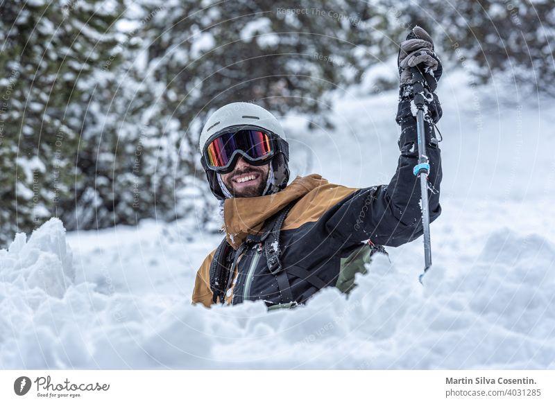 Junger Mann beim Skifahren in den Pyrenäen im Skigebiet Grandvalira in Andorra in der Zeit von Covid19 aktiv Aktivität alpin Alpen blau Stuhl kalt Tag lager