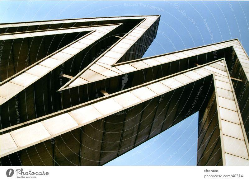Zacken Froschperspektive Ausstellung Skulptur Architektur Sehenswürdigkeit Wahrzeichen Zeichen Schriftzeichen groß Leipzig DDR monumental Zone Typographie