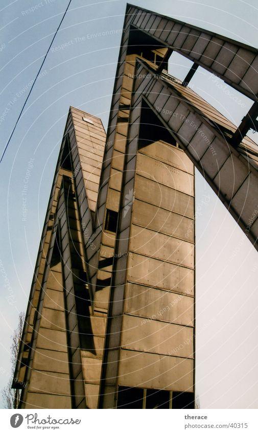 Großbuchstabe Messe Leipzig Buchstaben Konstruktion Froschperspektive groß DDR Osten Sachsen Diktatur Denkmal monumental Zone Schriftzeichen Typographie Zacken