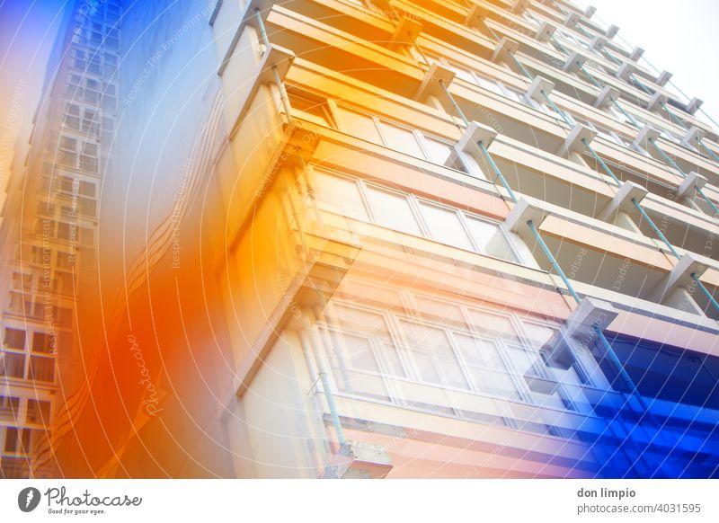 Altes Hochhaus aus neuer Sichtweise Architektur Skyline Gebäude Farbfoto Außenaufnahme Fassade Froschperspektive Menschenleer Tag modern hoch Fenster Bauwerk