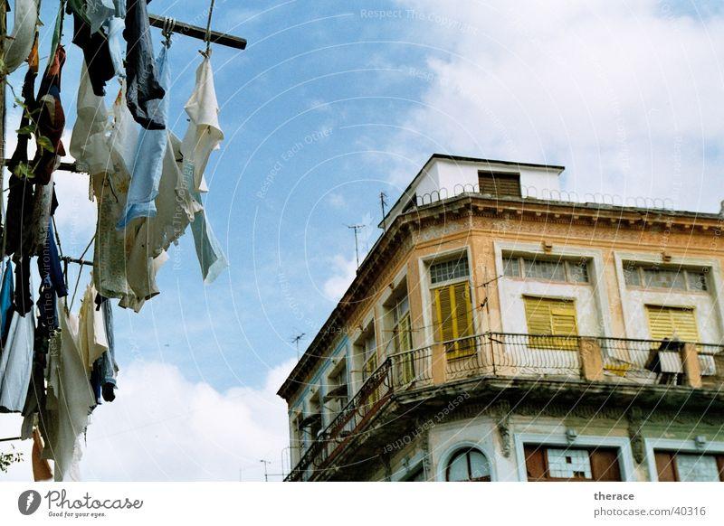 Wäsche in Havanna Haus Himmel Kuba malerisch gelb Blick hoch oben Verfall alt Haushalt Diktatur Strohhut Siesta Mittag kolonial Mittelamerika Südamerika Staub