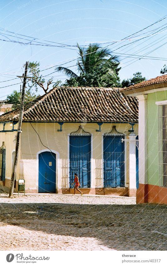 Mädchen in Trinidad Mensch alt Sonne Haus Architektur laufen Kabel Verfall Kuba Palme Schönes Wetter Staub Siesta Mittag Kleine Antillen Südamerika