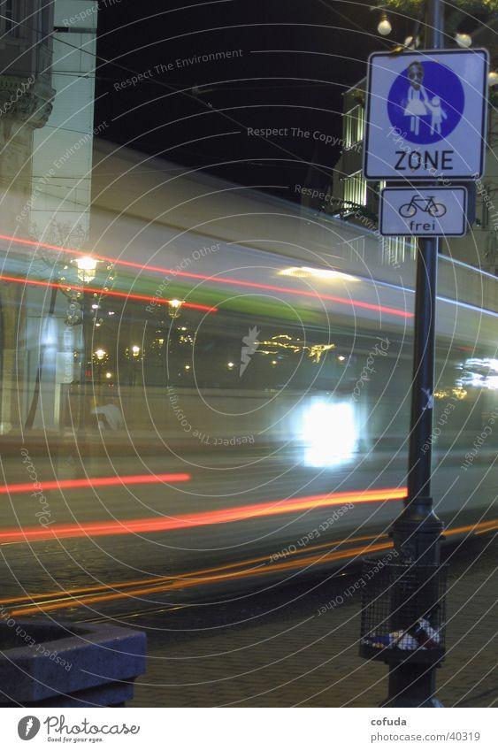 Fußgänger Linienbus Fußgängerzone Nacht Langzeitbelichtung Augsburg Verkehr Bus night time exposure