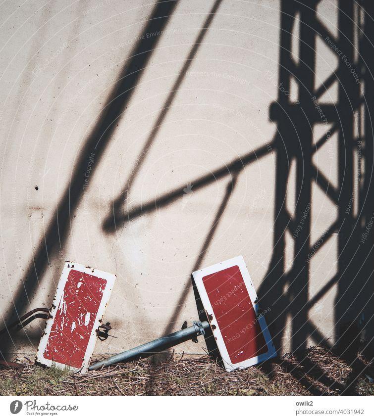 Zurückbleiben Bahnübergang Schienenverkehr Menschenleer Detailaufnahme Außenaufnahme Farbfoto Arbeitsplatz Sonnenlicht Schatten Verkehrszeichen