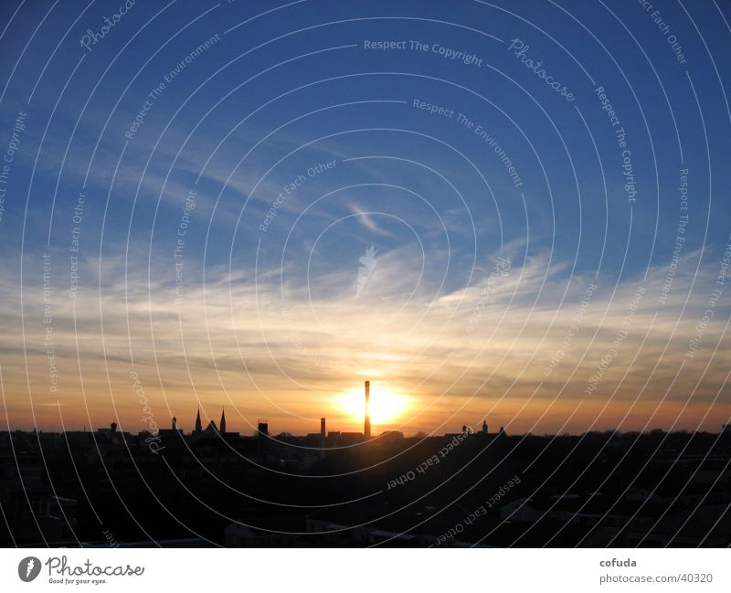Sonnenuntergang Himmel Wolken Romantik Dach Skyline Schornstein Abendsonne Wolkenschleier leuchtende Farben Grossstadtromantik