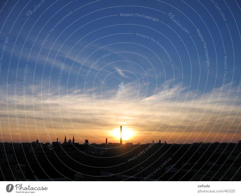Sonnenuntergang Wolken Himmel Skyline Schornstein Abend leuchtende Farben Grossstadtromantik Gegenlicht Silhouette Abendsonne Wolkenschleier Dach Romantik