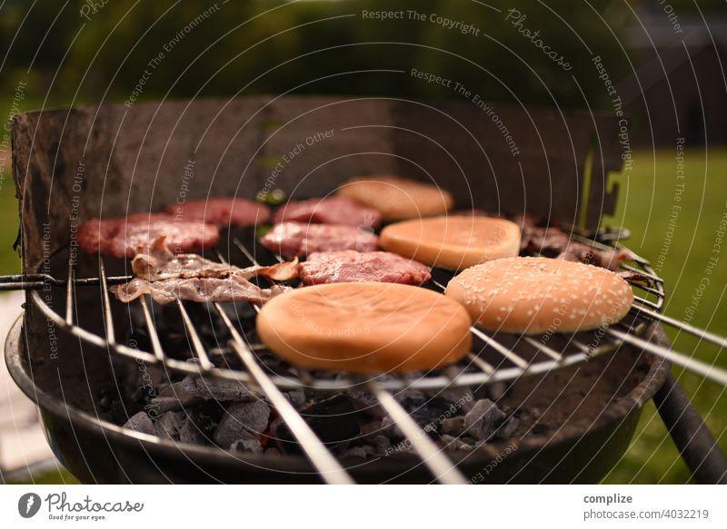Hamburger Patty & Buns auf einem Grill Grillplatz grillfleisch Grillsaison grillen. Holzkohle Detailaufnahme Grillkohle Frühling Panorama (Bildformat)