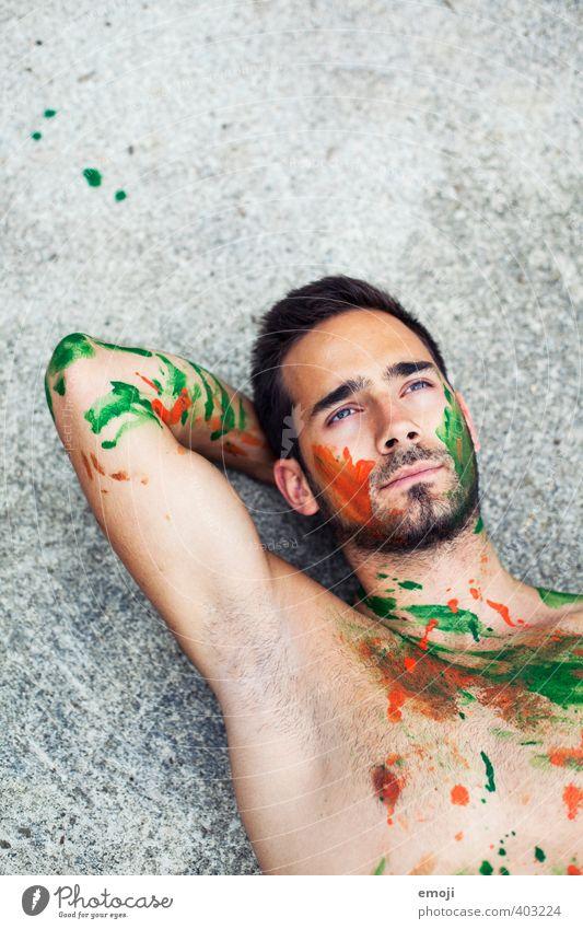 grünorange maskulin Junger Mann Jugendliche Körper 1 Mensch 18-30 Jahre Erwachsene einzigartig Körpermalerei liegen Farbfoto Außenaufnahme Textfreiraum oben Tag