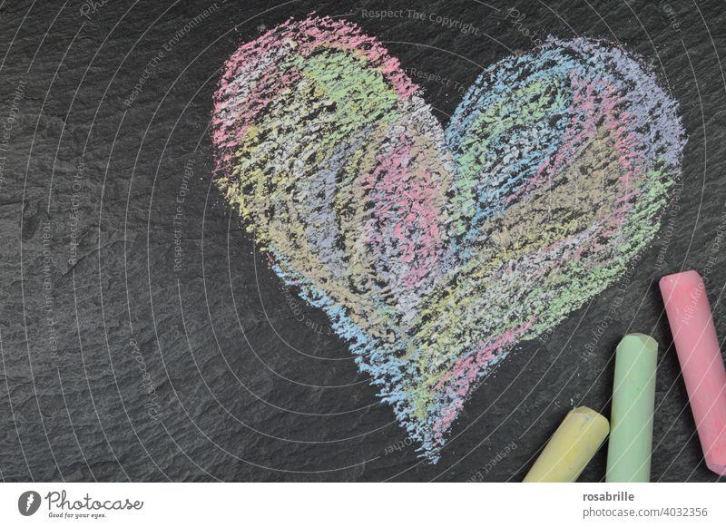 grün, gelb, rot | Malkreide und ein gemaltes Herz auf schwarzem Schiefer Kreide Kreideherz Liebe malen Kind kindlich selbst bunt Schieferplatte Straßenkreide