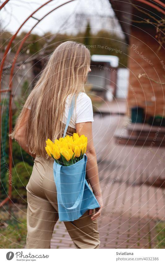 Porträt einer glücklichen Blumenhändlerin mit einem Strauß gelber Tulpen. Frauentag, Valentinstag, Muttertag Glück Haufen romantisch grün Mädchen geblümt