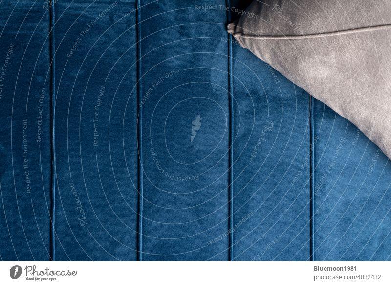 Close up Samt Sofa Textur Samt Couch Hintergrund mit grauen Kissen weich Schaltfläche Farbe bequem Liege gemütlich Eleganz Gewebe Material Objekt verziert