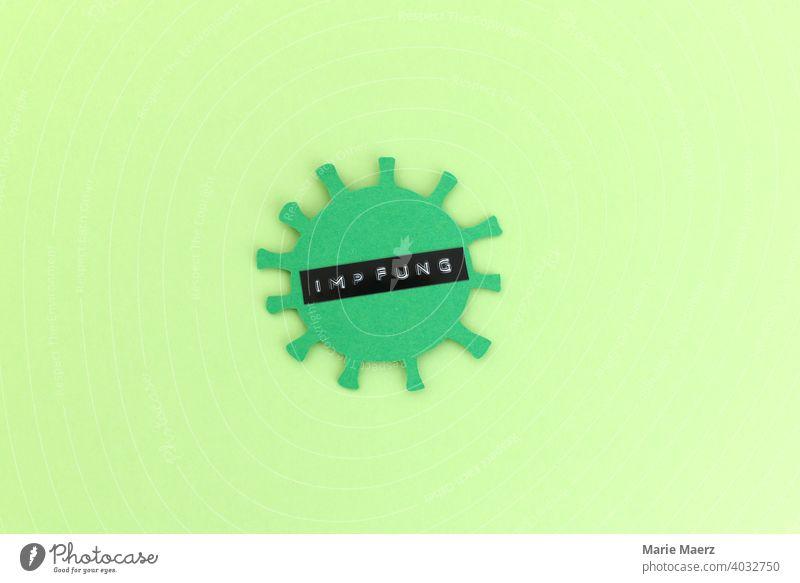 Corona-Impfung | Corona-Virus Symbol aus Papier mit dem Wort Impfung beschriftet coronavirus Pandemie Impfpflicht Impfschutz Gesundheit Schutz impfen lassen