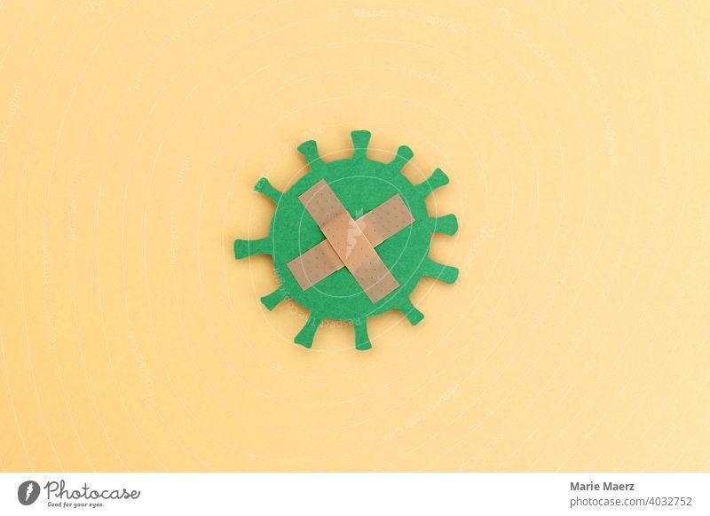 Corona-Virus mit Pflastern beklebt Corona Impfung Papierschnitt grün Grafik u. Illustration coronavirus Impfschutz Gesundheit positiv COVID impfen lassen immun