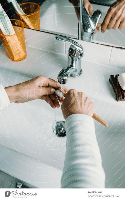 Alte Frau wäscht Bambus-Zahnbürste mit Wasser und wäscht ihre Zähne Gesundheit Pflege Mund Bad weiß Lebensalter dental älter reif Senior Person Lächeln gealtert