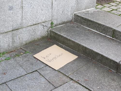 Kein Vergeben Pappschild vorwurfsvoll Unverzeihlich ernst übel nehmen Vorwurf Treppenstufen Außenaufnahme Pappe liegen Mauer grau dreckig Quadrat Mitteilung