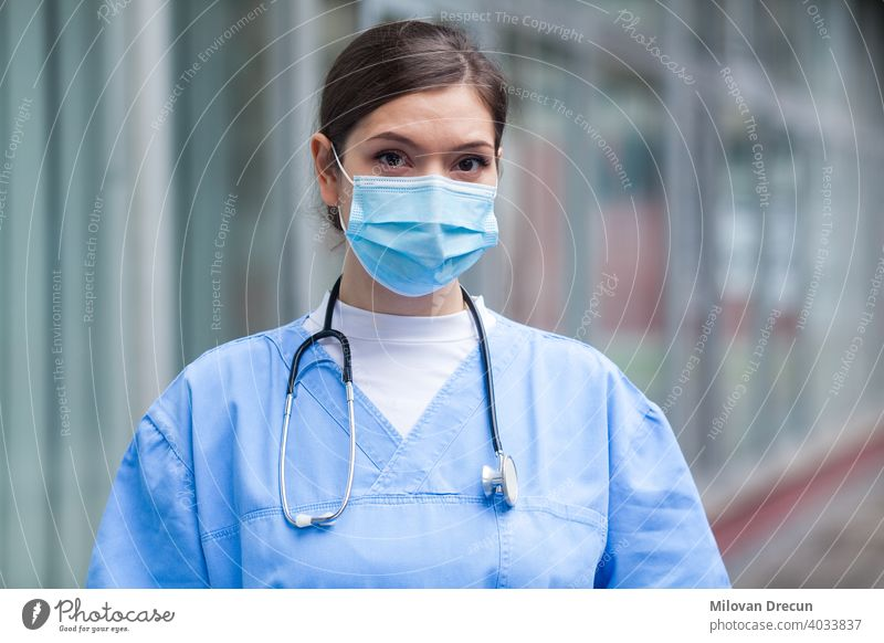 Junge besorgt gestresst ängstlich weibliche EMS Schlüssel Arbeiter Arzt Porträt außerhalb des Krankenhauses jung Frau ernst Gesicht Mundschutz medizinisch