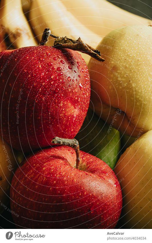 Nahaufnahme von gesunden Früchten mit einem sehr leckeren Aspekt Äpfel und Bananen mit WassertropfenNahaufnahme von gesunden Stillleben Früchte mit einem sehr leckeren Aspekt Äpfel und Bananen mit Wassertropfen