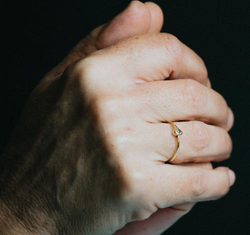 Ein Paar alte Hände beten mit einem leuchtenden Ring am Finger, Schmuck Konzept Schuss Person Frau Diamant feminin Fingernagel Perfektion Wohlstand reich Senior
