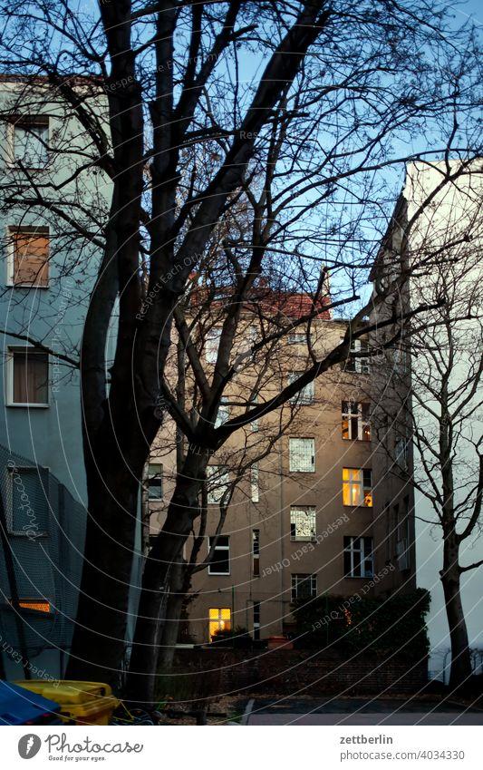 Dämmerung im Hinterhof altbau außen brandmauer fassade fenster haus himmel himmelblau hinterhaus hinterhof innenhof innenstadt mehrfamilienhaus menschenleer