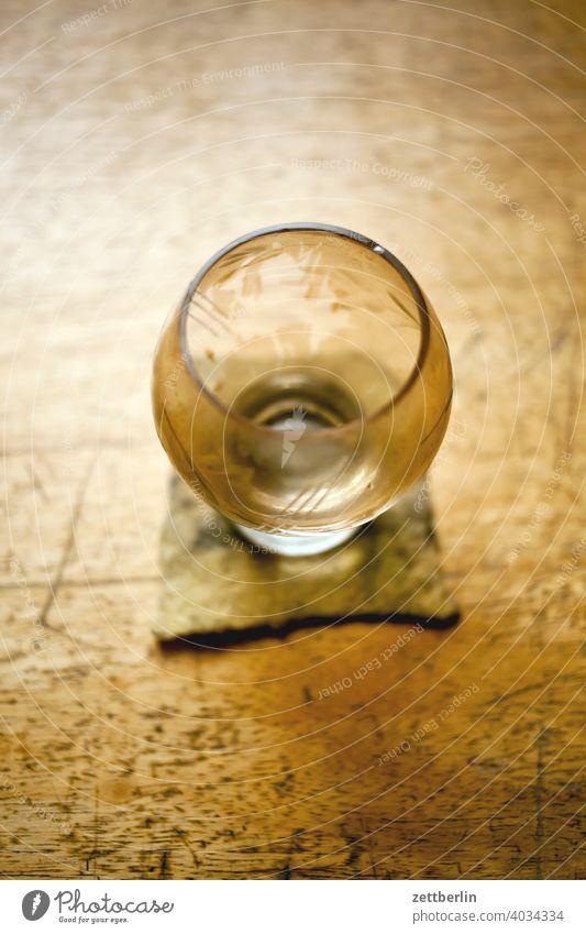 Leeres Glas auf meinem Schreibtisch filz glas holz holztisch tee teeglas trinken untersetzer leer getränk trinkglas