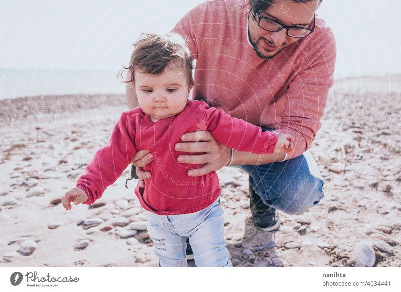 Junge Papa haben einen großen Tag am Strand mit seinem dauther Familie Baby Feiertage Fröhlichkeit Glück Familienzeit wirklich Menschen Kind kleines Mädchen