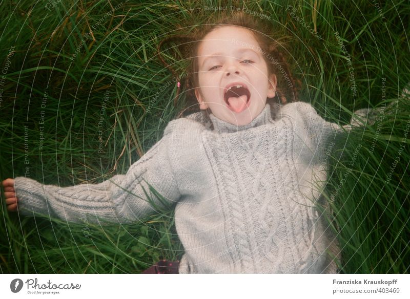 Zahnlücke Mensch Kind Natur Ferien & Urlaub & Reisen grün Pflanze Landschaft Mädchen Freude Herbst Gras Spielen lachen grau Glück Gesundheit