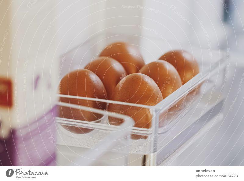 Frische Eier im Kühlschrank, Molkereiprodukt authentisch Kasten Frühstück braun Schachtel Hähnchen filmisch Nahaufnahme Essen zubereiten copyspace Diät Ostern