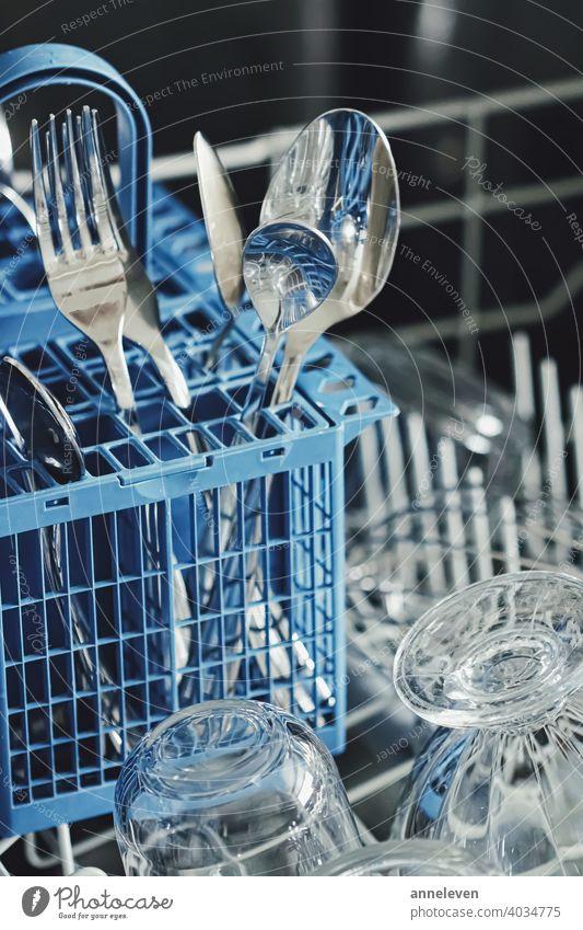 Offene Geschirrspülmaschine mit sauberem Geschirr in der Küche authentisch filmisch Sauberkeit Nahaufnahme copyspace Besteck Abendessen Essgeschirr