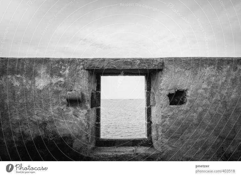 Das Fenster Umwelt Natur Landschaft Urelemente Erde Himmel Klima Wetter Wellen Küste Meer Dorf Fischerdorf Haus Gefühle Senior verfallen Ruine Schwarzweißfoto
