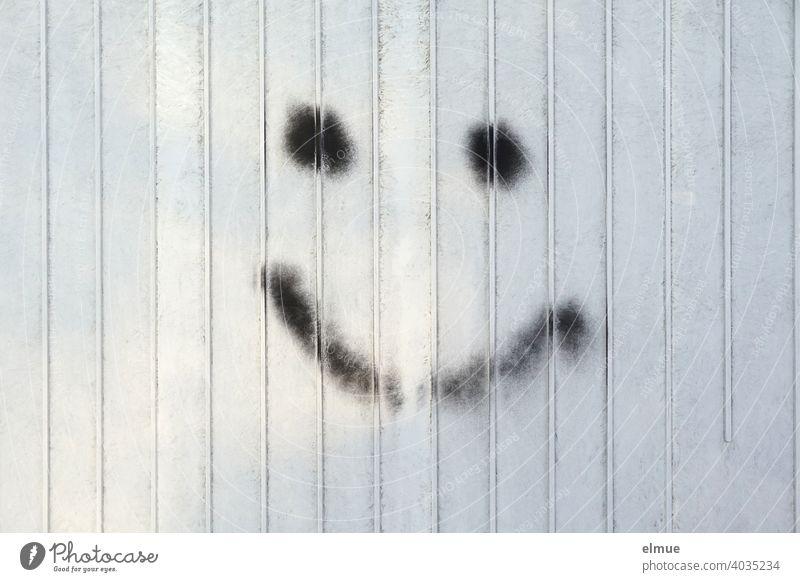 mit schwarzer Farbe gemaltes Smiley auf Metall / Emoticon / lächeln grau Verteilerkasten malen Emotion Gesichtsausdruck heiter grafisch grafische Darstellung