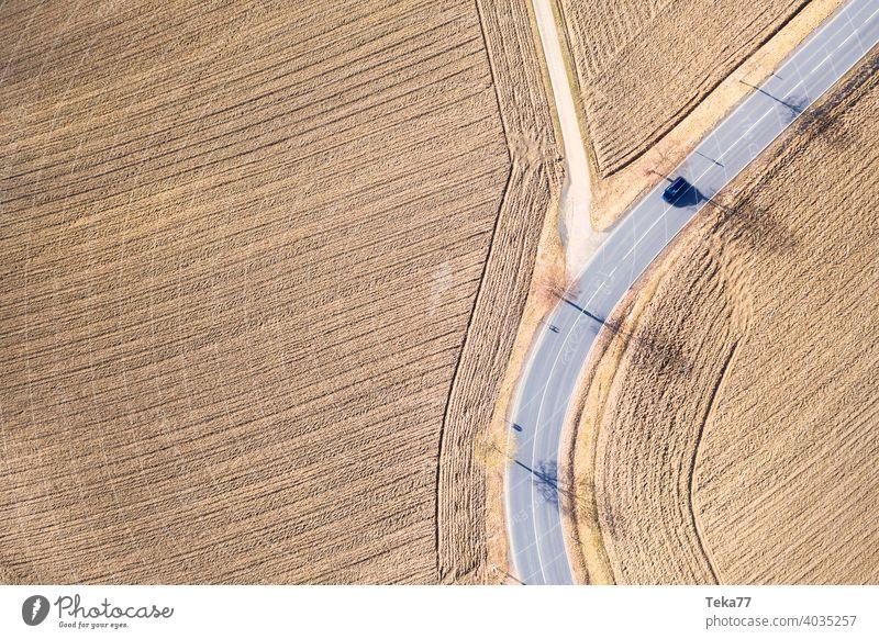 Die Landstraße land landstraße verkehr acker von oben bauer fahren