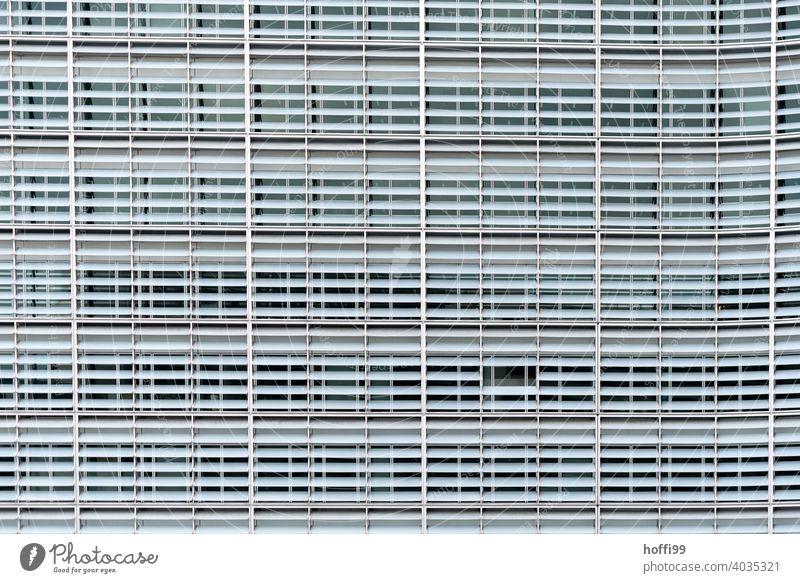 triste Bürofassade mit Lamellen als Sonnenschutz - zwei Segmente fehlen Europäische Union Gebäude Europa Architektur Glasfassade Fenster Fassade