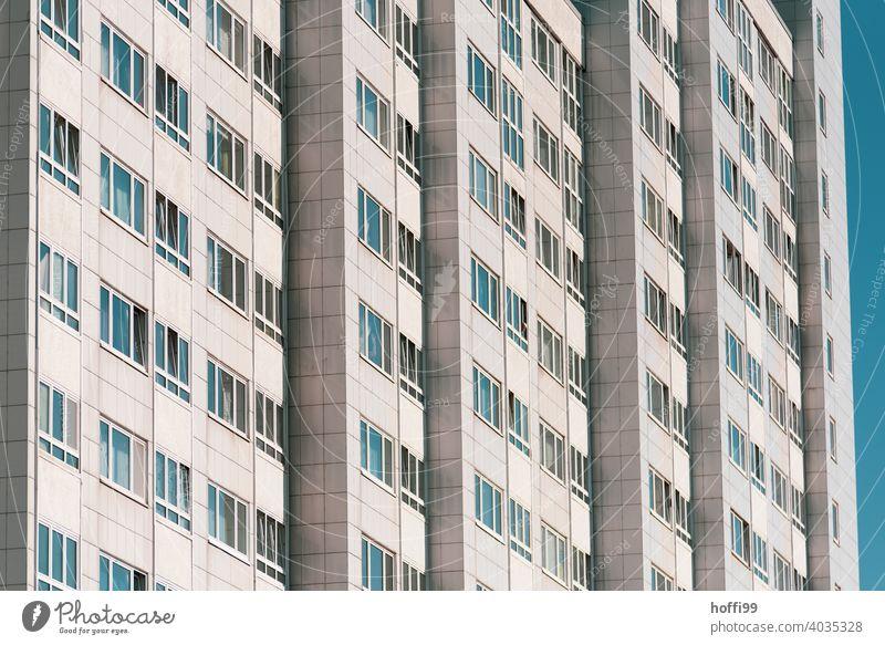 Hochhausfassade mit blauem Himmel - die Fester spiegeln das Blau, keiner zu sehen vereinsamen Fassade Fenster Außenaufnahme trist Enttäuschung modern