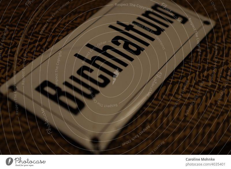 """Altes Emailschild """"Buchhaltung"""" Schild Text Schriftzeichen Buchstaben Schilder & Markierungen Hinweisschild Typographie Menschenleer Wort Mitteilung"""
