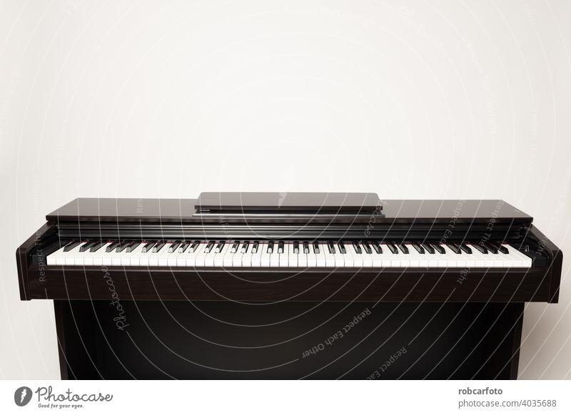 junger Mann spielt Klavier auf dem weißen Hintergrund männlich Person schwarz Musical Keyboard Spieler Musiker Instrument Konzert Künstler spielen Erwachsener