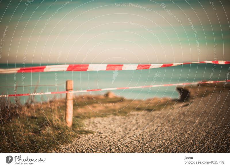 Vorsicht Absturzgefahr! So schön und doch so gefährlich | Abbruchkante an der Steilküste | Absicherung mit einem rot-weißen Absperrband Warnhinweis Warnung
