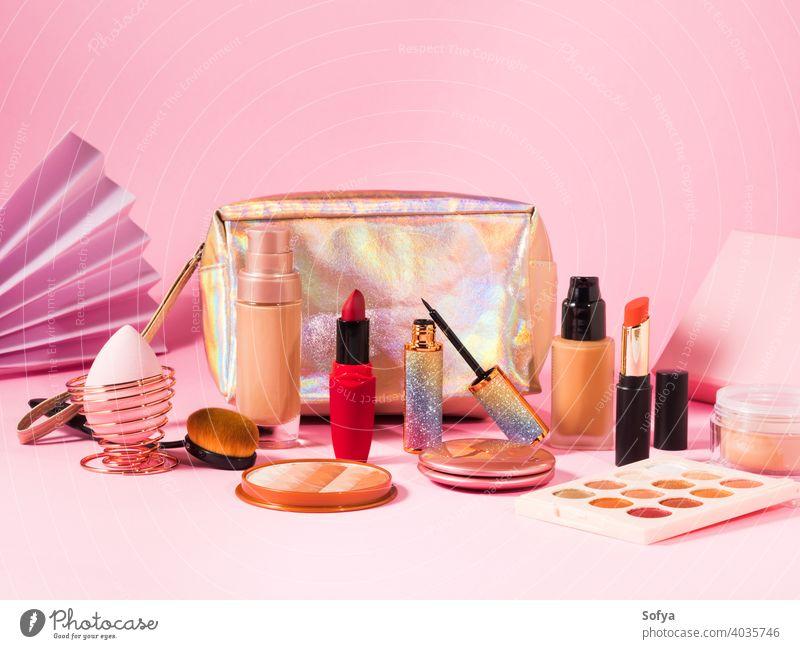 Make up Kosmetikprodukte auf rosa und Schönheit Tasche Make-up Produkte Lippenstift Valentinsgruß Hintergrund kaufen Fundament zusammenstellen Bürste Anzeige
