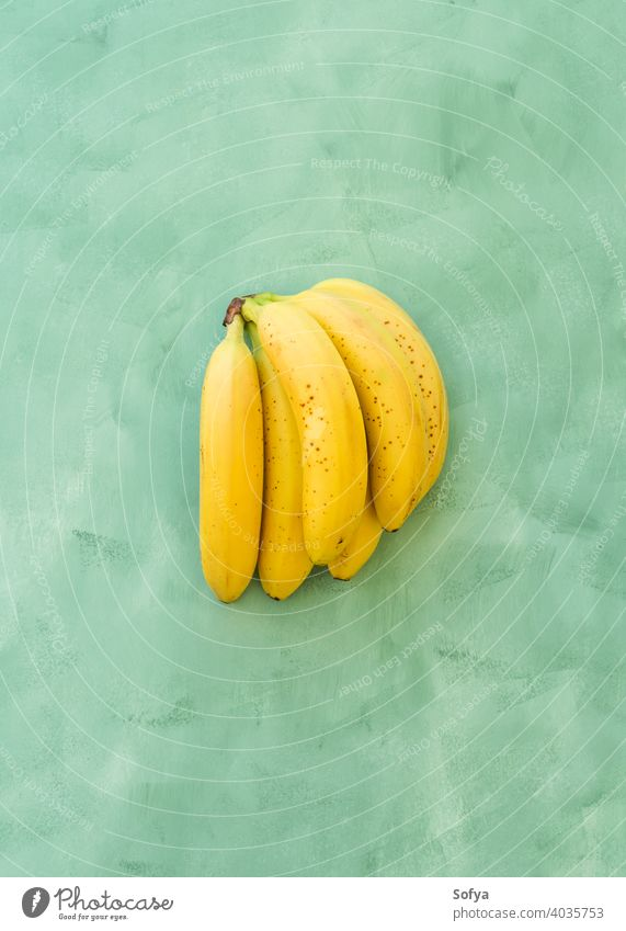 Ganze Bündel von Bananen Obst auf grünem gelben Hintergrund reif frisch Frucht Sommer Haufen organisch Textur schließen Menschengruppe Vorbau süß lecker